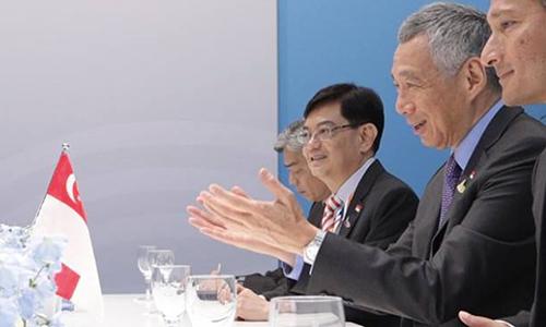 Bộ trưởng Tài chính Vương Thụy Kiệt và Thủ tướng Singapore Lý Hiển Long trong cuộc hội đàm tại Hội nghị Thượng đỉnh G20 tổ chức ở Đức, tháng7/2017. Ảnh: MS.