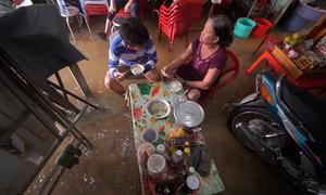 Sống với nước ngập sau cơn bão ở Sài Gòn