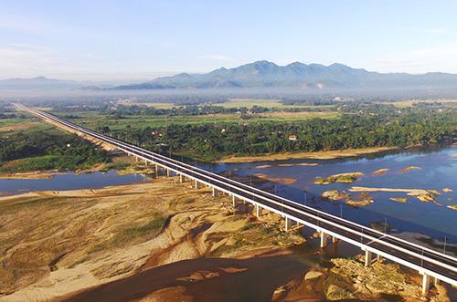 Một cây cầu trên cao tốc Đà Nẵng - Quảng Ngãi. Ảnh: Đ.T.
