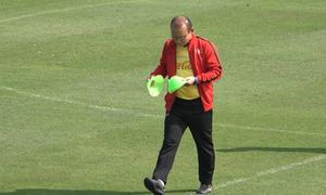 Vắng trợ lý, ông Park tự sắp xếp dụng cụ tập cho tuyển Việt Nam