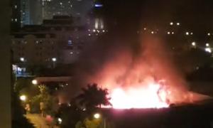 Gara ôtô rộng hàng nghìn m2 ở Hà Nội bốc cháy dữ dội