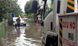 Nhiều ôtô chết máy, nằm đường chờ cứu hộ tại Sài Gòn