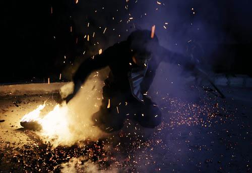 Dân tộc nào có tục nhảy vào lửa đầu năm mới?