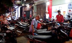 Tiệm sửa xe máy ở Sài Gòn quá tải sau bão Usagi