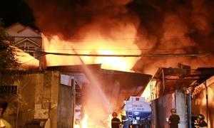 Nhiều xe bồn chở xăng cháy ngùn ngụt trong nhà kho ở Nha Trang