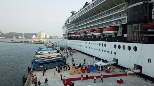 Tàu Celebrity Millennium thuộc hãng tàu biển Royal Caribbean Cruise Lines của Mỹ, xuất phát từ Hong Kong đưa hơn 2.000 hành khách và gần 1.000 thủy thủ đoàn thuộc nhiều quốc tịch đến tham quan vịnh Hạ Long. Ảnh: B.M