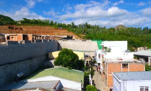 Hàng chục hộ dân Nha Trang phải sơ tán vì tường khu biệt thự sạt lở