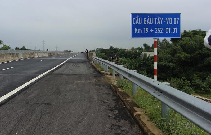 Nhiều vết nứt, lượn sóng trên cao tốc Đà Nẵng - Quảng Ngãi