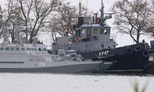 Ba tàu chiến Ukraine bị áp giải về neo đậu ở cảng Kerch sau khi bị cảnh sát biển Nga bắt. Ảnh: AFP.