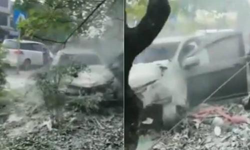 Hiện trường vụ ôtô lao lên vỉa hè ở tỉnh Tứ Xuyên, Trung Quốc. Ảnh: Sina.