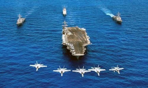 Tàu sân bay lớp Nimitz với các chiến hạm và tiêm kích hộ tống. Ảnh: US Navy.