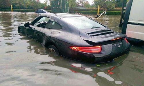 Chiếc Porsche 911 ngập nước tại Đức.