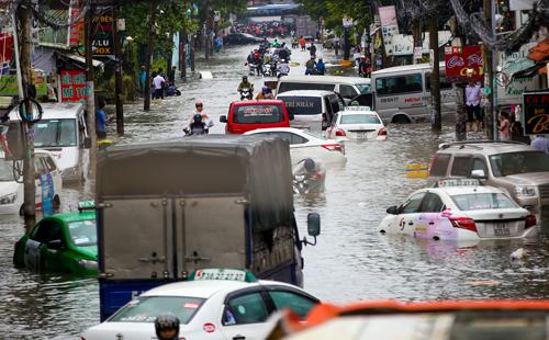 Ôtô đồng loạt chết máy ở Sài Gòn sau bão Usagi hoom 26/11.