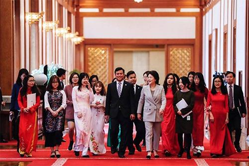 Sinh viên Việt Nam tại Hàn Quốc trong cuộc gặp với đệ nhất phu nhân Hàn Quốc Kim Jung-sooktại Nhà Xanh, Seoul, hồi tháng 3. Ảnh: VSAK.
