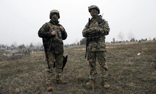 Lính Ukraine tại gần thành phố Mariupol bên bờ biển Azov ngày 26/11. Ảnh: AFP.