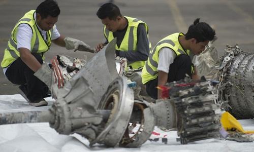 Nhân viên điều tra ngày 6/11 kiểm tra các phần của động cơ máy bay Lion Air gặp nạn. Ảnh: AFP.