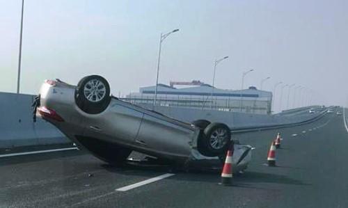 Chiếc ô tô con bị lật sau tai nạn liên hoàn. Ảnh: H.L