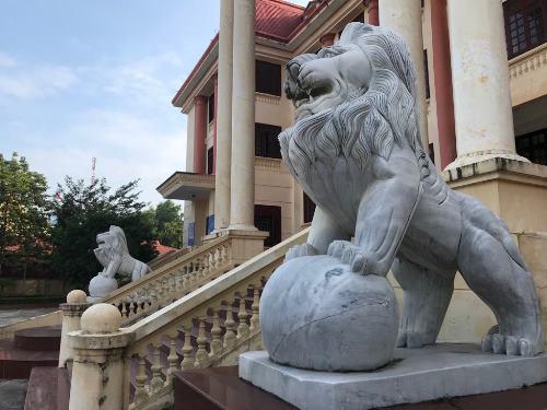 Cặp linh vật ngoại lai đứng nhe răng trước cửa Tòa án tỉnh Lạng Sơn. Ảnh: Minh Cương