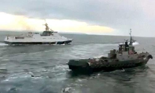 Tàu cảnh sát biển Nga (trái) trong nỗ lực truy đuổi tàu chiến Ukraine gần eo biển Kerch hôm 25/11. Ảnh cắt từ video.