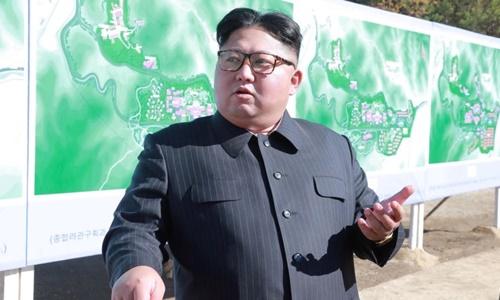Lãnh đạo Triều Tiên Kim Jong-un tới thăm một công trường xây dựng ở Yangdeok trong bức ảnh không rõ ngày tháng do KCNA công bố ngày 31/10. Ảnh: KCNA.