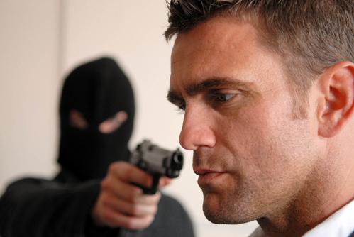 Kẻ cướp chỉ dùng súng để đảm bảo vụ cướp diễn ra thành công.