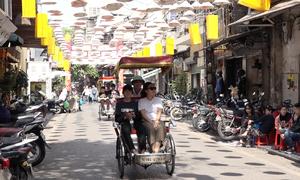 Con đường treo hơn 1.000 nón lá ở Hà Nội