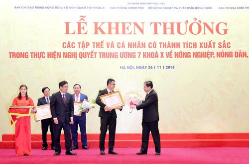 Ông Phạm Tuấn Hiệp - Phó Viện trưởng Viện Kỹ thuật chăn nuôi bò sữa TH, đại diện Tập đoàn TH nhận bằng khen của Thủ tướng Chính phủ vì thành tích có nhiều đóng góp cho các hoạt động tam nông.