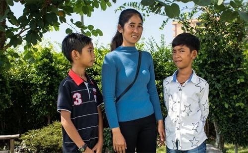 Cuộc đời mới của cậu bé bán hàng rong Campuchia nói được 16 thứ tiếng