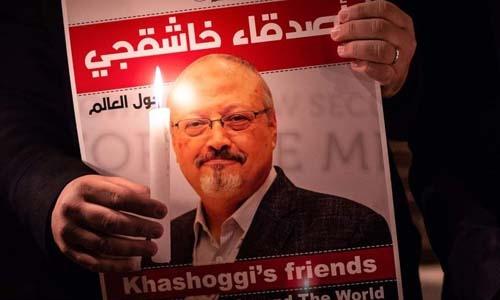 Các nhà hoạt động mang ảnh nhà báo Khashoggi đến biểu tình trước lãnh sự quán Arab Saudi ở Istanbul, Thổ Nhĩ Kỳ hôm 1/11. Ảnh: AFP.