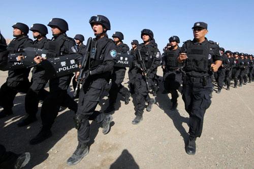 Binh sĩ Trung Quốc tham gia diễn tập chống khủng bố ở Hami, khu tự trị Tân Cương tháng 8/2017. Ảnh: Reuters.