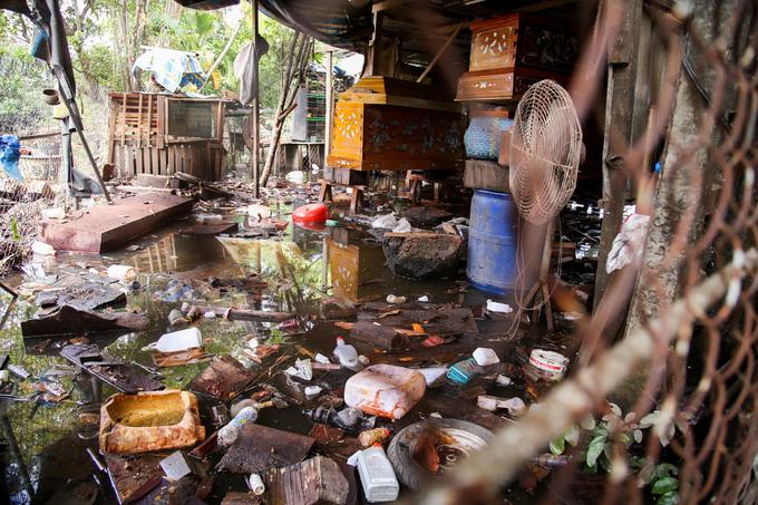 Khu dân cư ở Sài Gòn vẫn ngập nặng sau ba ngày mưa bão