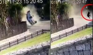 Người phụ nữ bắn tung khỏi xe sau cú đâm do chồng lái ở Trung Quốc