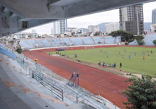 Sân vận động Chi Lăng đang bỏ hoang nhiều năm nay, xuống cấp nhanh chóng vì không được sử dụng thường xuyên. Ảnh: Nguyễn Đông.