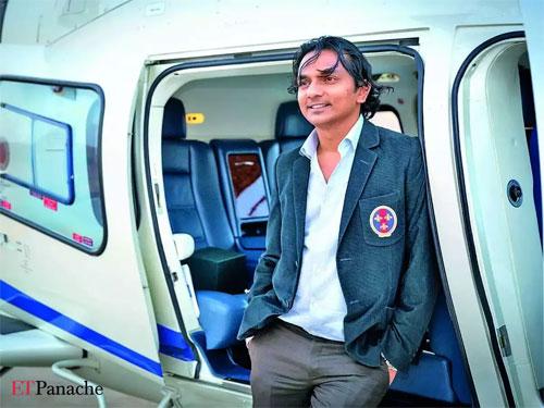 Tỷ phú 8x Ấn Độ sưu tập xe sang, có bằng lái xe buýt - 2