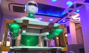 Robot bồi bàn gây thích thú ở Nepal