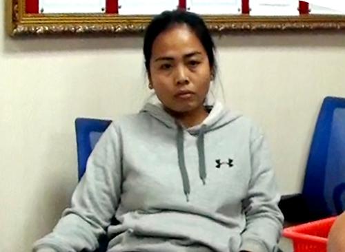 Mohdzaini chứng kiến hải quan lấy cocain từ thành valy. Ảnh: Cục Hải quan TP HCM.
