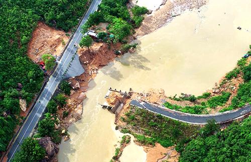 Lũ cuốn sập cầu Nước Ngọt ở xã Cam Lập (Cam Ranh), khiến 300 hộ dân bị cô lập trên đảo Bình Lập. Trí Nguyễn