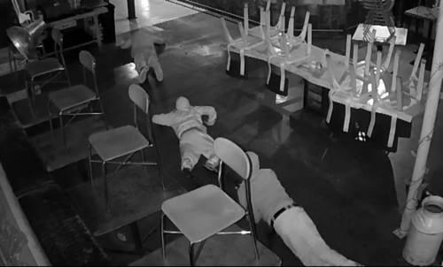Ba đạo chích trong nhà hàng.