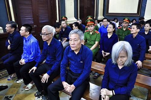 Ông Trần Phương Bình (hàng đầu, đeo kính) và các bị cáo sáng nay. Ảnh: Hữu Khoa.