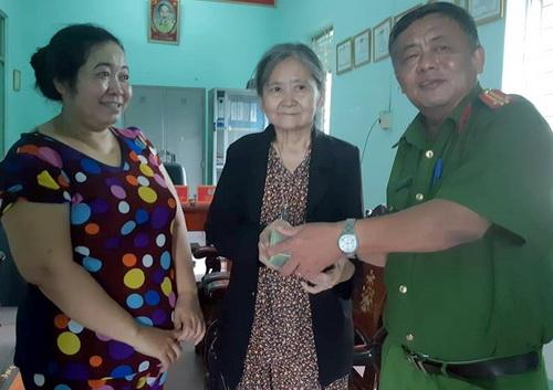 Đại diện công an phường Bửu Hòa cùng chị Tha (bìa trái) trao lại 100 triệu đồng cho bà Hi. Ἀnh: Thái Hà