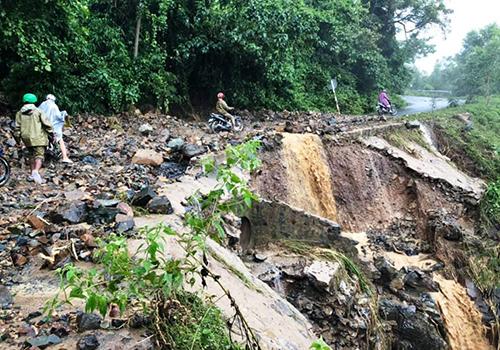 Mưa bão khiến tỉnh lộ 9 nối huyện miền núi Khánh Sơn với đồng bằng sạt lở nghiêm trọng. Ảnh: An Phước