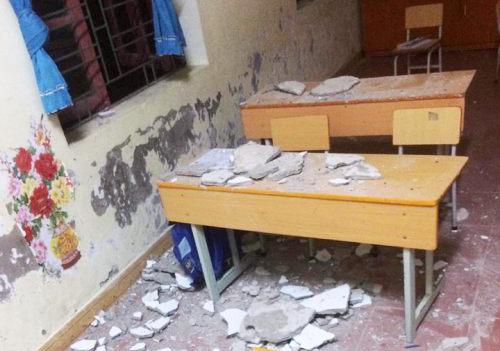 Tảng vữa trát tường rơi xuống lớp học. Ảnh: MS