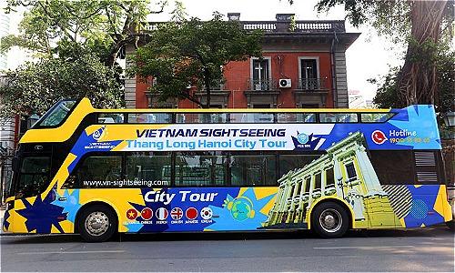 Xe buýt hai tầng thoáng nóc được sơn màu vàng chủ đạo.Ảnh: Bá Đô