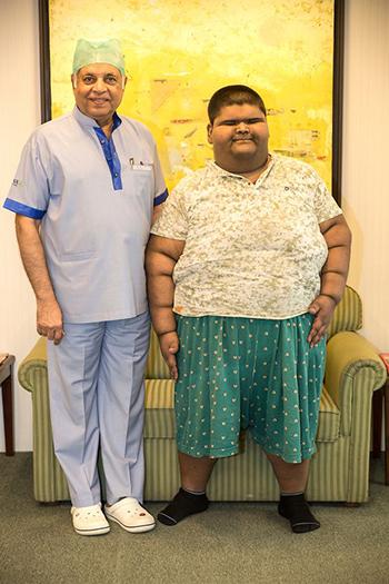 Mihir Jain và bác sĩPradeep Chowbey tại bệnh viện hồi tháng 4. Ảnh: Cover Asia Press