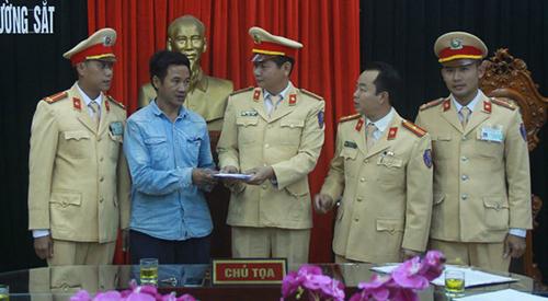 Cảnh sát trao trả tài sản cho anh Hiếu. Ảnh: Lam Sơn.