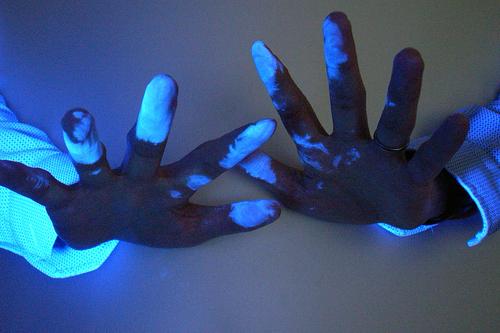 Dưới ánh đèn tia cực tím, dung dịch ADN hiện lên thành màu xanh. Ảnh: SelectaDNA.