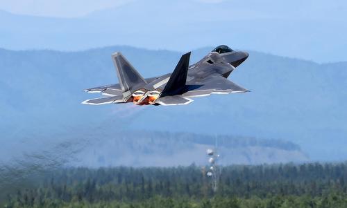 Tiêm kích F-22 cất cánh từ căn cứ tại Alaska hồi năm 2017. Ảnh: USAF.