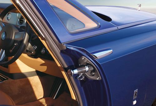 Ô gắn trên cánh cửa ở xe Rolls-Royce Phantom Coupe. Ảnh: Forbes.
