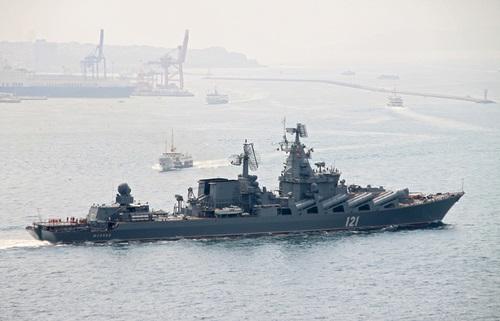 Một tàu hộ vệ tên lửa dẫn đường của Nga đi qua eo biển Bosporus. Ảnh: Tass.