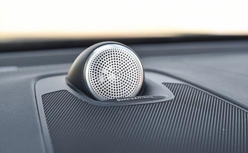 Loa B&W trên táp-lô xe XC60. Ảnh: Mobile01.